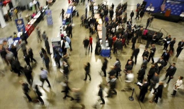 2月3日、1月のADP全米雇用報告によると、民間部門雇用者数は20万5000人増加した。写真はワシントンで開催の就職フェアの様子。1月8日撮影。(2016年 ロイター/Gary Cameron)