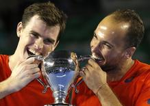 Brasileiro Bruno Soares (D) ao lado de seu parceiro, Jamie Murray (E), comemoram título do torneio de duplas do Aberto da Austrália, em Melbourne. 31/01/2016 REUTERS/Issei Kato