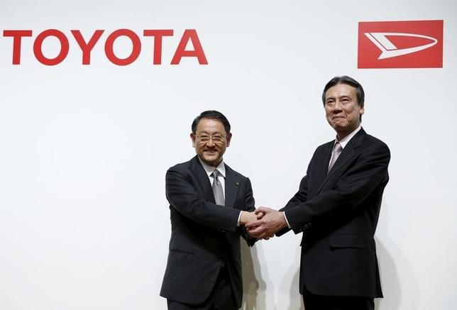 2月3日、トヨタ自動車はインド市場での小型車生産・販売をめぐりダイハツと週内に協議を開始する。写真は会見するトヨタの豊田章男社長(左)とダイハツの三井正則社長。1月29日撮影。(2016年 ロイター/Yuya Shino)