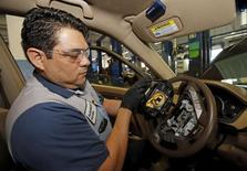Garage Honda à Miami. Honda Motor va étendre le rappel en Amérique du Nord de véhicules équipés d'airbags Takata potentiellement défectueux. Le constructeur japonais a informé ses concessionnaires aux Etats-Unis de son intention de rappeler environ deux millions de véhicules des marques Honda et Acura pour des problèmes d'airbag. /Photo prise le 25 juin 2015/REUTERS/Joe Skipper