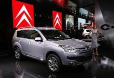 PSA Peugeot Citroën va rappeler 1.638 exemplaires de son modèle Citroën C-Crosser en Russie en raison de possibles défauts dans le système électronique des voitures, /Photo d'archives/REUTERS/Denis Balibouse