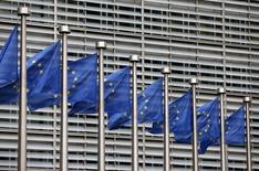 El crecimiento económico de la zona euro se acelerará moderadamente este año y el siguiente, estimó la Comisión Europea el jueves, pero el ritmo se ralentizará en 2016 más de lo previsto por el incremento de los riegos globales. En la imagen de archivo, banderas europeas ante la sede de la UE en Bruselas. REUTERS/Francois Lenoir