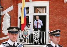 """Основатель WikiLeaks Джулиан Ассанж общается с представителями прессы с балкона посольства Эквадора в Лондоне. 19 августа 2012 года. Спецгруппа ООН в четверг приняла решение, что основатель WikiLeaks Джулиан Ассанж был """"незаконно задержан"""", сообщил Би-би-си в четверг. REUTERS/Olivia Harris"""