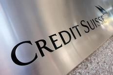 Un cartel de Credit Suisse en el exterior de su sede general en el distrito de Manhattan, en Nueva York, el 1 de septiembre de 2015. Credit Suisse aceleró los recortes de empleos el jueves y dijo que no espera que la agitación en los mercados termine pronto, al tiempo que reportó su primera pérdida para todo un año desde el 2008. REUTERS/Mike Segar