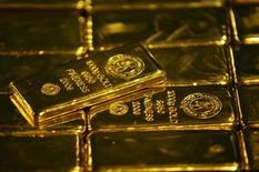 Слитки золота на заводе Rand Refinery в Джермистоне. 30 мая 2006 года. Цены на золото выросли до максимума трех месяцев, так как инвесторы рассчитывают, что проблемы мировой экономики заставят ФРС отложить повышение процентных ставок. REUTERS/Siphiwe Sibeko