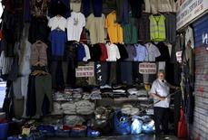 Магазин одежды в Афинах. 28 августа 2015 года. Рост экономики еврозоны немного ускорится в 2016 и 2017 годах, но темпы расширения в текущем году будут медленнее, чем прогнозировалось ранее, в связи с увеличением глобальных рисков, сообщила Европейская комиссия в четверг. REUTERS/Stoyan Nenov