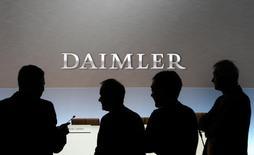 Журналисты ждут начала пресс-конференции Daimler в Штутгарте. 4 февраля 2016 года. Немецкий Daimler ожидает в текущем году замедления темпов роста продаж автомобилей Mercedes-Benz в Китае, после того как увеличение спроса в 2015 году помогло автоконцерну достичь рекордных показателей продаж и прибыли. REUTERS/Michaela Rehle