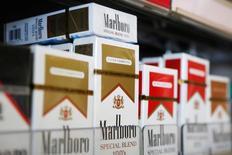 Philip Morris est l'une des valeurs à suivre jeudi à Wall Street après la publication d'un chiffre d'affaires inférieur aux attentes, à 6,4 milliards de dollars (consensus I/B/E/S 6,49 milliards), au quatrième trimestre. Le fabricant de cigarettes a annoncé un bénéfice par action ajusté de 81 cents par action. /Photo d'archives/REUTERS/Brian Snyder