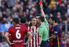 Filipe Luís recebe cartão vermelho em jogo do Atlético de Madri contra o Barcelona.  30/1/16.  REUTERS/Albert Gea