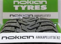 Шина Nokian Tyres в магазине Москвы. Финский производитель зимних автомобильных шин Nokian Tyres отчитался в пятницу о превысившей ожидания квартальной прибыли, поскольку сильные продажи в Европе и снизившиеся цены на сырьевые товары смогли компенсировать слабый спрос на крупнейшем для компании рынке – России. REUTERS/Maxim Shemetov