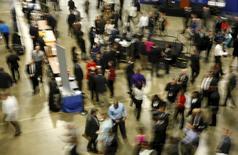 Personas buscando empleo en una feria de trabajo, en Washington. 8 de enero de 2016. El crecimiento del empleo en Estados Unidos probablemente se desaceleró en enero luego de que se desvaneció el impulso para las contrataciones que ofreció un clima inusualmente templado, pero un rebote previsto en los salarios y una tasa de desempleo estable podrían sugerir que la recuperación del mercado laboral sigue firme. REUTERS/Gary Cameron