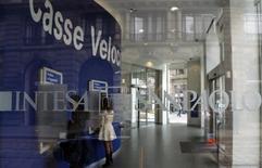 Intesa Sanpaolo va distribuer un dividende de 2,4 milliards d'euros, supérieur aux attentes, au titre de 2015 en dépit de la baisse de son bénéfice net au quatrième trimestre. /Photo d'archives/REUTERS/Stefano Rellandini