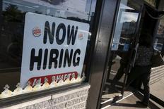 Les créations d'emploi ont ralenti plus fortement que prévu en janvier aux Etats-Unis, à 151.000, mais le taux de chômage est descendu à 4,9%, un plus bas depuis février 2008. /Photo d'archives/REUTERS/Shannon Stapleton