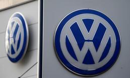 Logos de Volkswagen fotografiados en una automotra en Bad Honnef, cerca de Bonn, Alemania. 4 de noviembre de 2015. La automotriz alemana Volkswagen dijo que aplazará la publicación de sus resultados de 2015 y su reunión anual de accionistas, mientras sigue lidiando con los efectos de un escándalo por la manipulación en las pruebas de emisiones de gases. REUTERS/Wolfgang Rattay