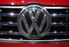 La automotriz alemana Volkswagen dijo que aplazará la publicación de sus resultados de 2015 y su junta anual de accionistas, mientras sigue lidiando con los efectos de un escándalo por la manipulación en las pruebas de emisiones de gases. En la imagen, el logo de Volkswagen en la feria del automóvil en Detroit, el 12 de enero de 2016.  REUTERS/Mark Blinch