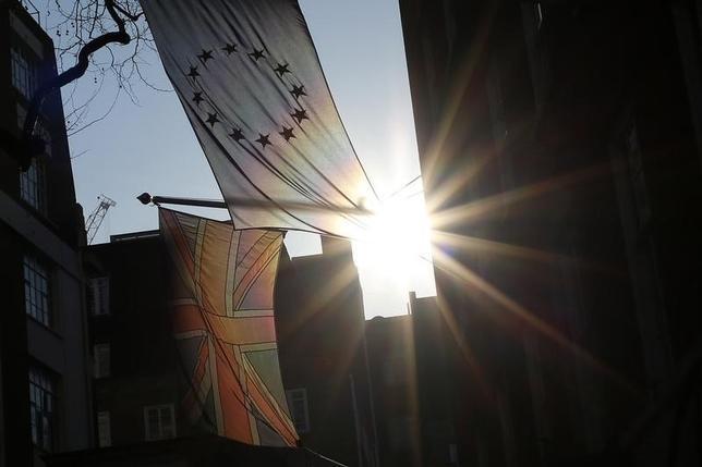 2月5日、シティは英国がEU離脱を決めれば今後4年にGDPが最大4%ポイント押し下げら、ポンドは20%下落すると分析した。写真は英国旗とEUの旗。(2016年 ロイター/Stefan Wermuth)
