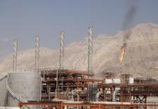 El ministro del Petróleo de Irán, Bijan Zanganeh, dijo el sábado que las ventas de crudo iraní a Europa ya han superado los 300.000 barriles tras el levantamiento de las sanciones internacionales a Teherán, según la agencia de noticias del ministerio. Imagen de archivo con una vista general de una unidad del yacimiento de South Pars Gas en el puerto marítimo de Asalouyeh, en el norte del Golfo Pérsico, Irán. 19 noviembre 2015. REUTERS/Raheb Homavandi/TIMA