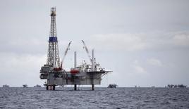 Буровая вышка на нефтяном месторождении в Сольдадо. Цены на нефть растут при слабой активности рынков в Азии, где многие страны празднуют Новый год по лунному календарю. REUTERS/Andrea De Silva
