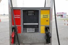 Бензоколонка на заправочной станции в Бахрейне. Цены на нефть снижаются, так как встреча министров нефтяной промышленности Венесуэлы и Саудовской Аравии показала, что страны-производители нефти вряд ли договорятся о совместном снижении добычи.REUTERS/Hamad I Mohammed