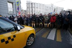 Protesters block a road during a rally of foreign currency mortgage holders near the Central Bank headquarters in central Moscow, Russia, February 8, 2016. REUTERS/Sergei Karpukhin