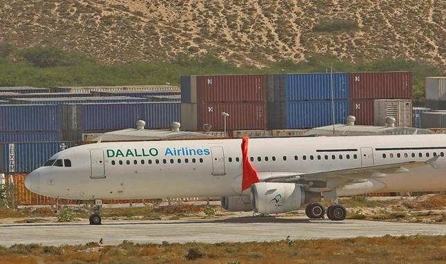 2月8日、ソマリア・ダーロ航空の旅客機内で自爆犯によるとみられる爆発が起きた事件で、モハメド・ヤシーンCEOは、犯人が当初トルコ航空に搭乗する予定だったと明らかにした。写真は爆発事件を受け緊急着陸した同航空の別飛行機。ソマリア・アデン・アッデ国際空港で3日撮影(2016年 ロイター/Feisal Oma)