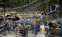 La production industrielle allemande s'est contractée de 1,2% en décembre, sa plus forte baisse depuis août 2014, après un recul (révisé) de 0,1% en novembre. Les économistes prévoyaient en moyenne une hausse de 0,4%. /Photo prise le 22 janvier 2016/REUTERS/Kai Pfaffenbach
