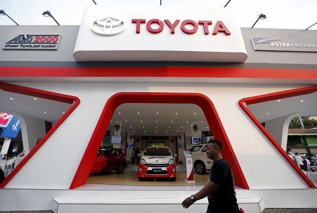 2月9日、インドネシアやタイなどの新興国で日系自動車メーカーの競争が一段と激化しそうだ。ジャカルタのトヨタ販売店で昨年6月撮影(2016年 ロイター/NYIMAS LAULA)