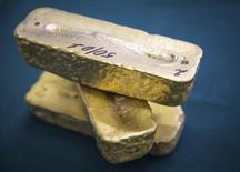 Слитки золотого сплава на руднике рядом с городом Кокшетау в Казахстане. Цены на золото поднялись до высшей отметки с июня за счет неуверенности в росте мировой экономики, и рынок готовится в наиболее продолжительному непрерывному росту с 2011 года. REUTERS/Andrey Lunin