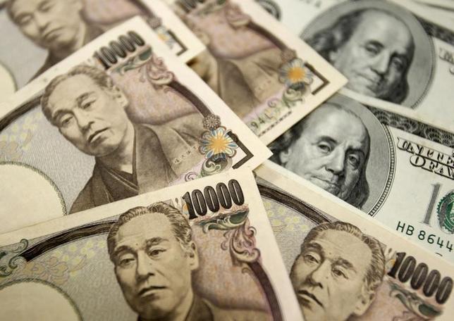 2月9日、通貨オプション市場で向こう1カ月にドル安・円高が進むとの見方が約5年ぶりの高水準に達した。リスク回避の高まりを受け、安全資産としての円が買い進まれるとの見方を反映している。写真は2010年10月、ソウルで(2016年 ロイター/Truth Leem)