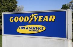 El logo de Goodyear visto en un cartel en la entrada de la sede de la compañía en Westminster, Colorado. 27 de agosto de 2013. Goodyear Tire & Rubber Co reportó una ganancia trimestral mayor a lo previsto debido a que sus volúmenes de ventas en la región de Europa, Oriente Medio y África (EMEA) se recuperaron tras más de un año de declive, mientras que el costo de su materia prima bajó. REUTERS/Rick Wilking