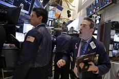 Трейдеры на фондовой бирже в Нью-Йорке. 9 февраля 2016 года. Американские акции завершили волатильную сессию небольшим понижением во вторник вслед за вечерним подъёмом акций секторов материалов и здравоохранения, который перевесил значительное падение цен на нефть. REUTERS/Brendan McDermid