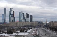 Вид на Парк Победы на Поклонной горе и Москва-Сити. 4 февраля 2016 года. Спад экономической активности в России, по предварительным данным Минэкономразвития, практически остановился в декабре 2015 года после незначительного ускорения в ноябре, говорится в мониторинге ведомства. REUTERS/Sergei Karpukhin