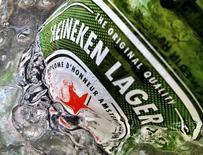 Бутылка пива Heineken. Сингапур, 10 мая 2012 года. Пивоваренная компания Heineken увеличила дивиденды более существенно, чем ожидалось, и прогнозирует рост выручки и прибыли в 2016 году. REUTERS/Matthew Lee