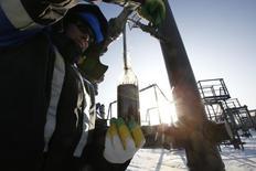 Рабочий берет образец нефти с Южно-Приобского месторождения Газпромнефти в Западной Сибири. 28 января 2016 года. ОПЕК повысила прогноз избытка нефти на мировом рынке в этом году, так как лидер картеля Саудовская Аравия и другие его участники увеличивают добычу. REUTERS/Sergei Karpukhin