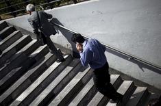 Una persona conversando por teléfono móvil en Ciudad de México, oct 8, 2015. La firma mexicana de telecomunicaciones América Móvil, controlada por el magnate Carlos Slim, dijo el miércoles que tiene un remanente de 17,000 millones de pesos en un fondo de recompra de acciones del 2015, que sumaría a los 12,000 millones de pesos que tiene previsto solicitar a accionistas en abril.  REUTERS/Edgard Garrido
