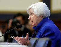 L'économie des Etats-Unis devrait conserver une croissance modérée malgré l'accroissement des risques pour permettre à la Réserve féderale de continuer à resserrer graduellement sa politique monétaire, estime la présidente de la banque centrale américaine, Janet Yellen. /Photo prise le 10 février 2016/REUTERS/Gary Cameron