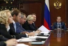Заседание правительства РФ в Горках, посвященное экономическим вопросам. Российское правительство надеется на рост нефтяных котировок и не торопится с изменениями нереалистичного бюджета на 2016 год, отрабатывая на общественном мнении нестандартные способы пополнения исхудавшей казны: приватизацию с конвертируемыми облигациями и поддержание комфортного для бюджета курса рубля. REUTERS/Dmitry Astakhov/Sputnik/Pool