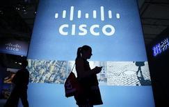 Cisco a publié mercredi un bénéfice trimestriel supérieur aux attentes, grâce à une demande soutenue pour ses routeurs et produits de sécurité, et a annoncé une augmentation de 15 milliards de dollars de son plan de rachat d'actions. Son bénéfice net du deuxième trimestre, clos le 23 janvier de son exercice fiscal, a atteint 3,1 milliards de dollars contre 2,40 milliards un an auparavant. Hors certains éléments, Cisco a réalisé un bénéfice de 57 cents par action, supérieur au consensus Thomson Reuters I/B/E/S de 54 cents. /Photo d'archives/REUTERS/Albert Gea