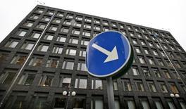 """El banco central sueco recortó el jueves su tipo de interés de referencia en 15 puntos básicos a -0,50 por ciento y dijo que tenía """"un alto nivel de preparación"""" para introducir aún más medidas de alivio ya que la inflación sigue débil. En la imagen, el edificio del Riksbank en el centro de Estocolmo, el 4 de diciembre de 2008.  REUTERS/Bob Strong"""