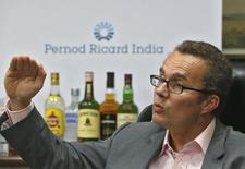 Жиль Богер, финансовый директор Pernod Ricard во время интервью Рейтер. Французская компания Pernod Ricard отчиталась в четверг о росте прибыли от продолжающихся операций за первое полугодие 2015-2016 финансового года на 3 процента, чему способствовал сильный спрос на её главном рынке - в США, а также контроль за уровнем затрат.  REUTERS/Shailesh Andrade