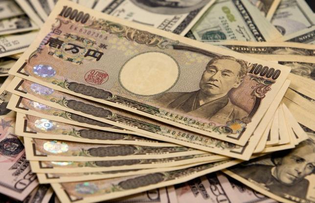 2月12日、グローバルにリスク回避の動きが強まっていることについて、みずほ証券・シニア債券ストラテジストの丹治倫敦氏は、欧州の金融機関を中心としたクレジットリスク拡大と米利上げ期待が後退したことが影響していると述べた。写真は都内で2009年11月撮影(2016年 ロイター/Yuriko Nakao)