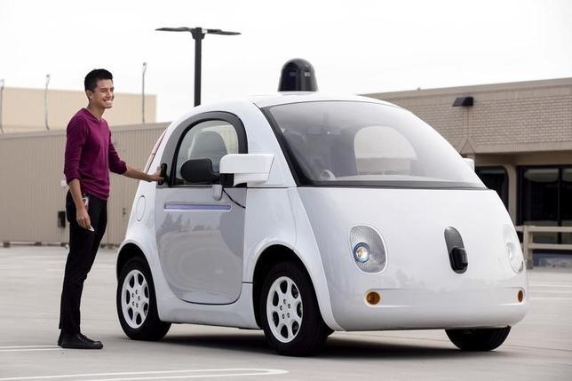 2月11日、米グーグルの持ち株会社アルファベットの自動運転車プロジェクトが採用を活発化、製造分野の専門職を中心とした募集を行っている。写真はグーグル自動運転車。昨年9月米カリフォルニア州で撮影(2016年 ロイター/Elijah Nouvelage)