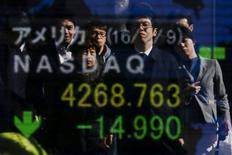 Les responsables économiques et monétaires japonais vont en appeler au G20 pour trouver une réponse aux turbulences sur les marchés financiers et le gouverneur de la banque centrale a rejeté l'idée qu'elles puissent s'expliquer par la nouvelle politique de taux d'intérêt négatifs récemment mise en oeuvre au Japon. /Photo prise le 10 février 2016/REUTERS/Thomas Peter