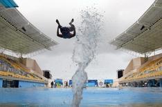 Atleta salta no parque aquático Maria Lenk. 12/07/2003   REUTERS/Jim Young