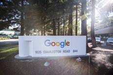 El nuevo logo de Google visto en la sede de la compañía en Mountain View, California. 13 de noviembre de 2015. Google está desarrollando un sistema de realidad virtual en un dispositivo que funciona sin teléfonos inteligentes ni computadoras, informó el diario The Wall Street Journal, citando fuentes familiarizadas con el tema. REUTERS/Stephen Lam