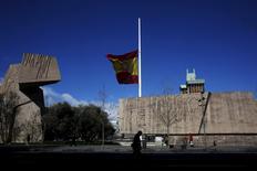A Madrid. Selon le ministre espagnol de l'Economie Luis de Guindos, l'Espagne n'a probablement pas atteint l'objectif convenu avec la Commission européenne d'un déficit public à 4,2% du produit intérieur brut en 2015 et les premières estimations le donnent plutôt aux alentours de 4,5%. /Photo prise le 25 mars 2015/REUTERS/Susana Vera