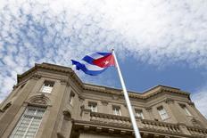 Funcionarios estadounidenses de alto rango viajarán el 16 de febrero a La Habana para firmar un acuerdo de aviación que restaurará los vuelos programados entre Estados Unidos y Cuba por primera vez en más de 50 años, dijo el viernes el Departamento de Transporte.  En la imagen de archivo, la bandera de Cuba ondea delante de su nueva embajada en Washington, el 20 de julio de 2015.  REUTERS/Andrew Harnik/Pool