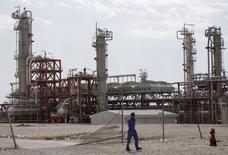 Trabajadores iraníes caminan en una unidad de yacimiento gasífero South Pars en el puerto Asalouyeh, en el norte del Golfo Pérsico, Irán, foto de archivo del 19 de noviembre de 2015.  REUTERS/Raheb Homavandi/TIMA/Files