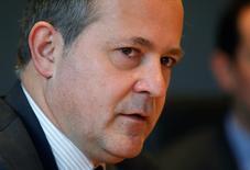 Las turbulencias en los mercados financieros de Europa podrían retrasar aún más una subida de la inflación y los bancos necesitarán con el tiempo medidas contundentes, dijo el miembro del Consejo Ejecutivo del Banco Central Europeo Benoit Coeure a un periódico alemán el sábado. En esta imagen de archivo, Coeure durante una entrevista con Reuters en Fráncfort el 12 de febrero de 2014.  REUTERS/Ralph Orlowski