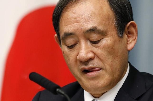 2月15日、菅義偉官房長官は午前の会見で、この日発表された2015年10─12月期GDPが前期比年率1.4%のマイナスとなったことについて、暖冬による冬物衣料の売り上げ不振などが影響したものであり、「日本経済の好状況に変化はない」との認識を示した。写真は都内で昨年2月撮影(2016年 ロイター/Toru Hanai)